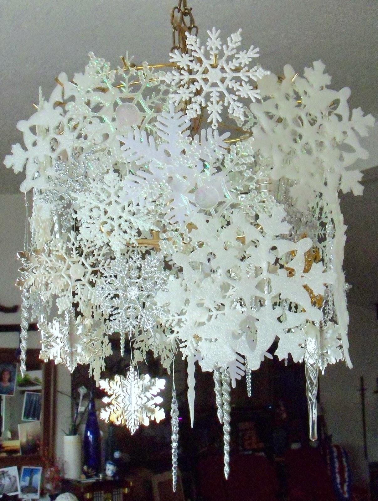 Бумажные снежинки в декоре люстры