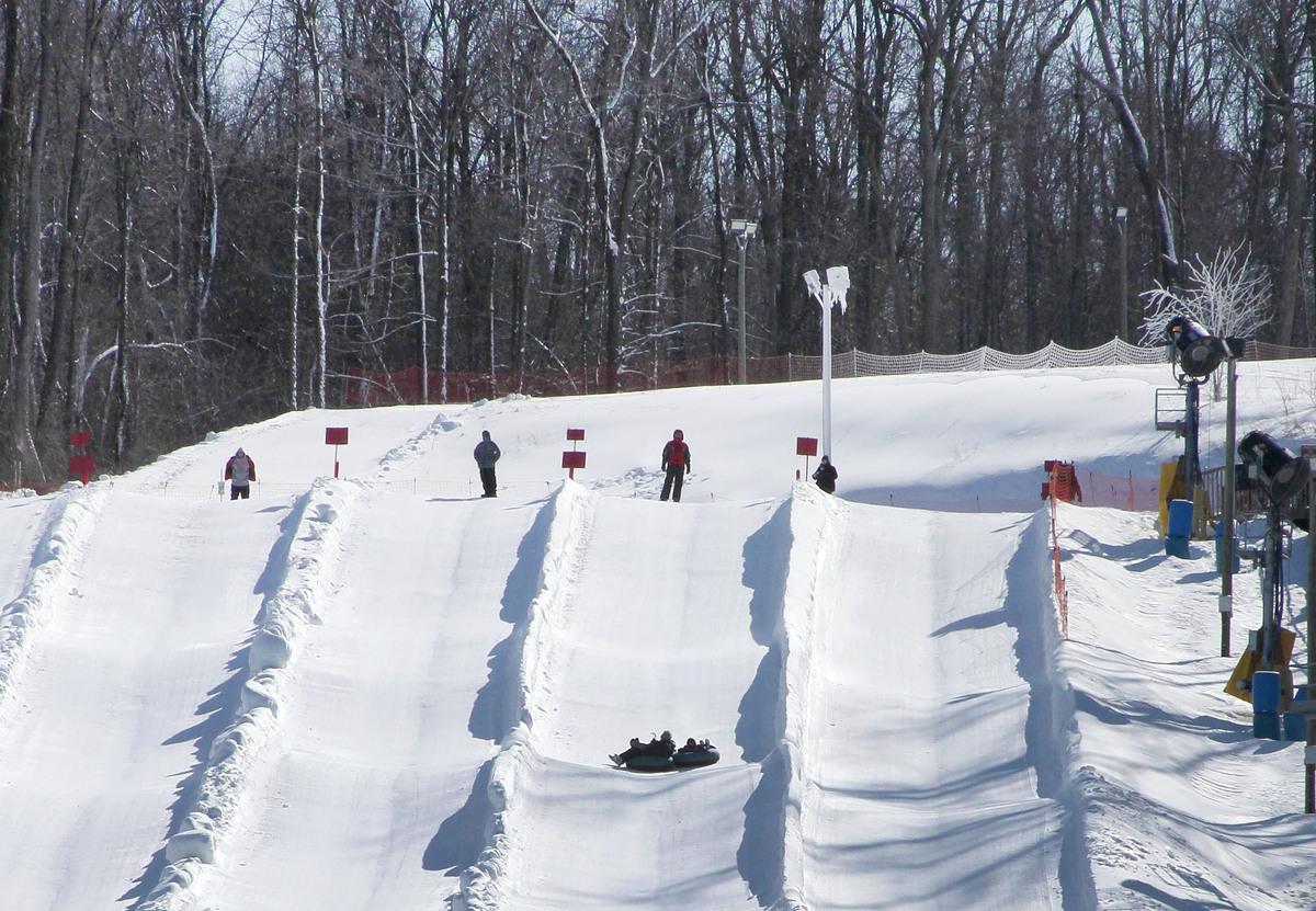 Снежная горка с несколькими спусками