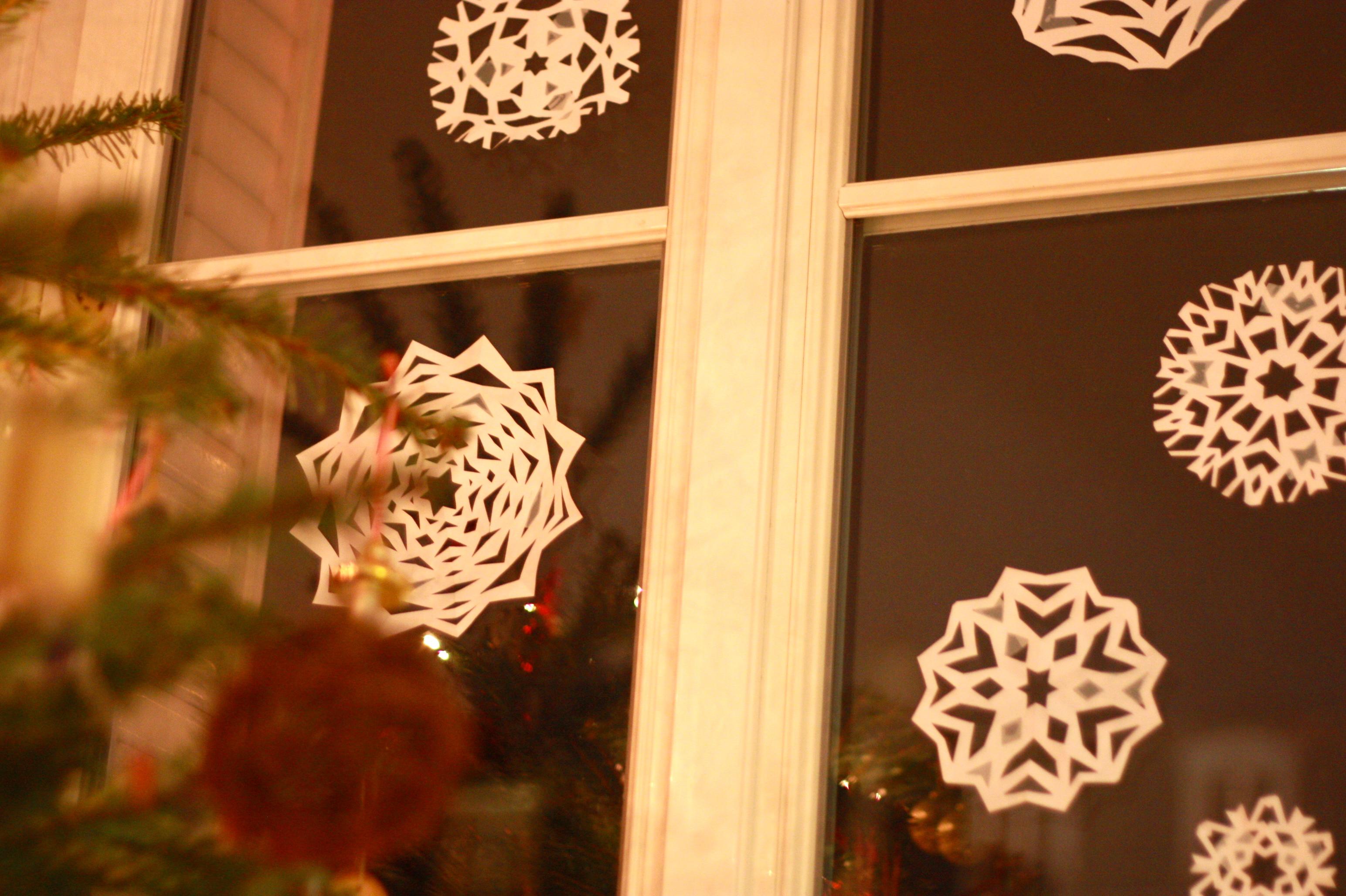 Снежинки из бумаги на окно