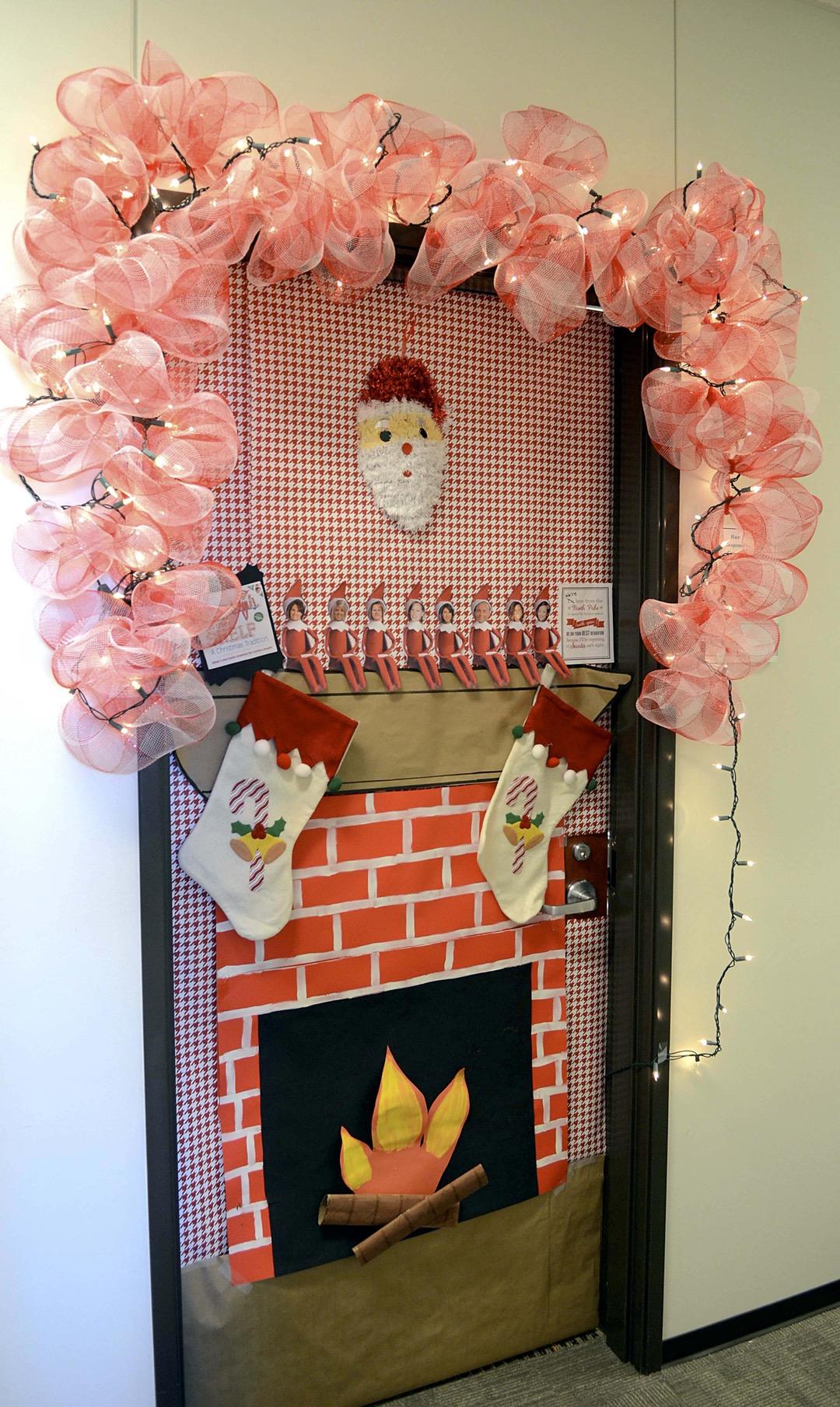 Оригинальное украшение двери на новый год
