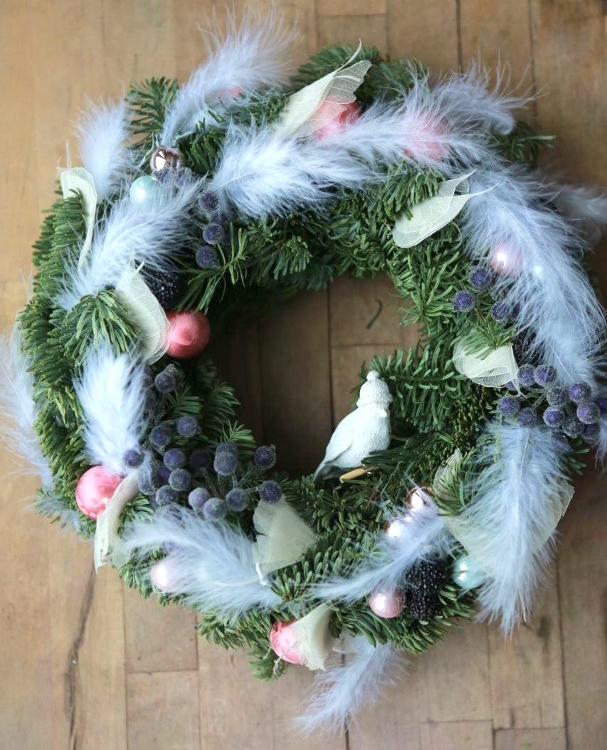 Рождественский венок с перьями