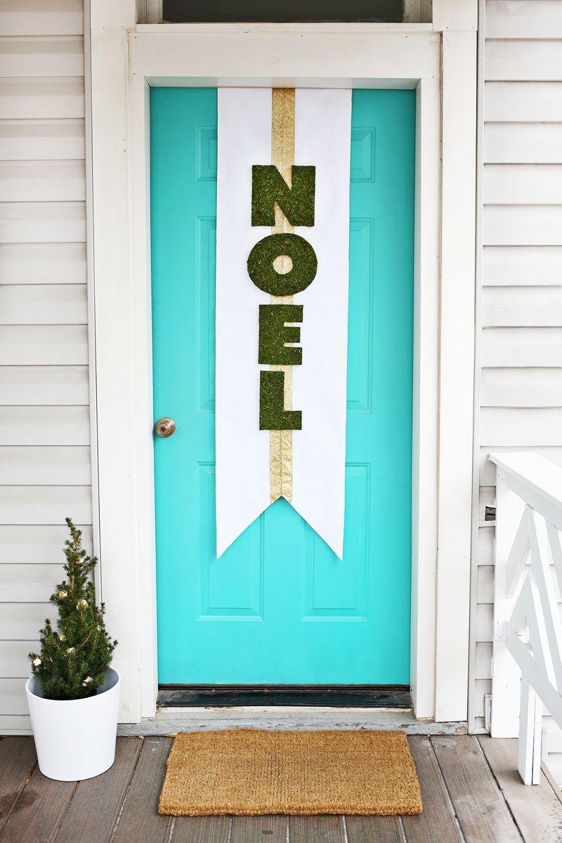 Украшение двери плакатом к новому году