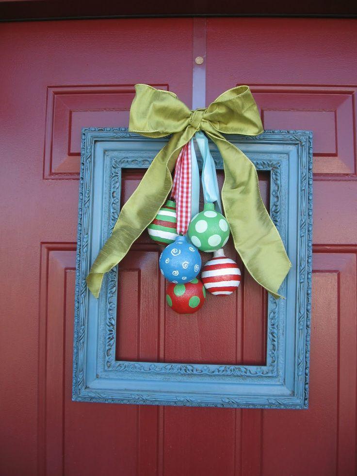 Елочные игрушки на двери