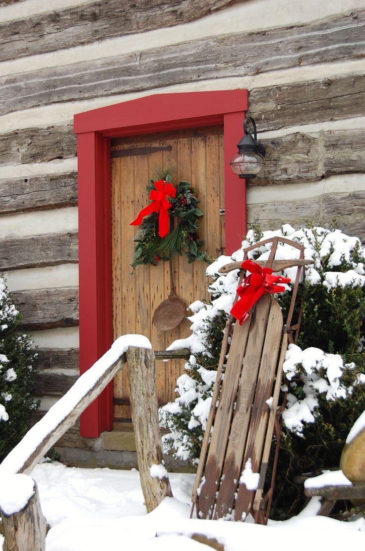 Новогоднее украшение двери в рустикальном стиле