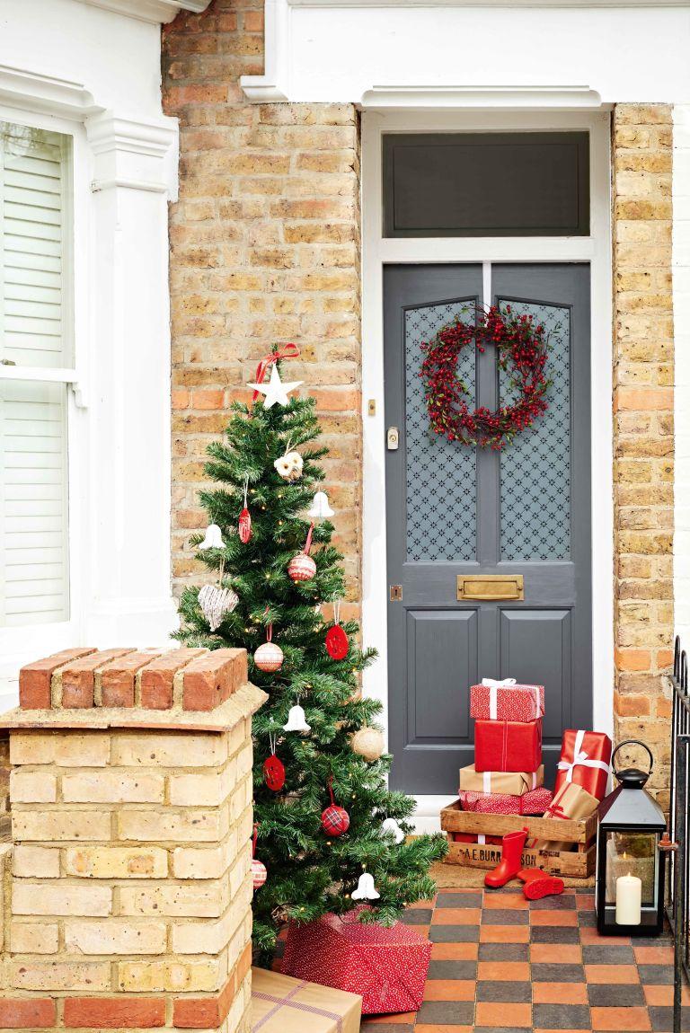 Новогоднее украшение серой двери