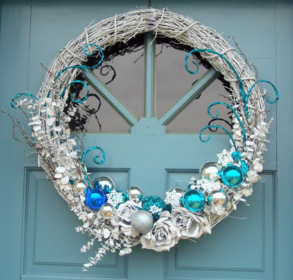 Новогоднее украшение двери шариками