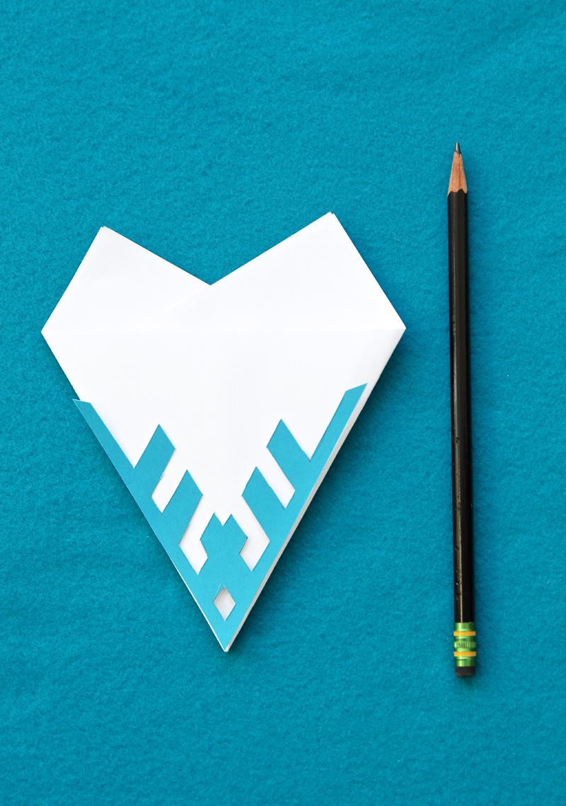 Шестиугольная бумажная снежинка