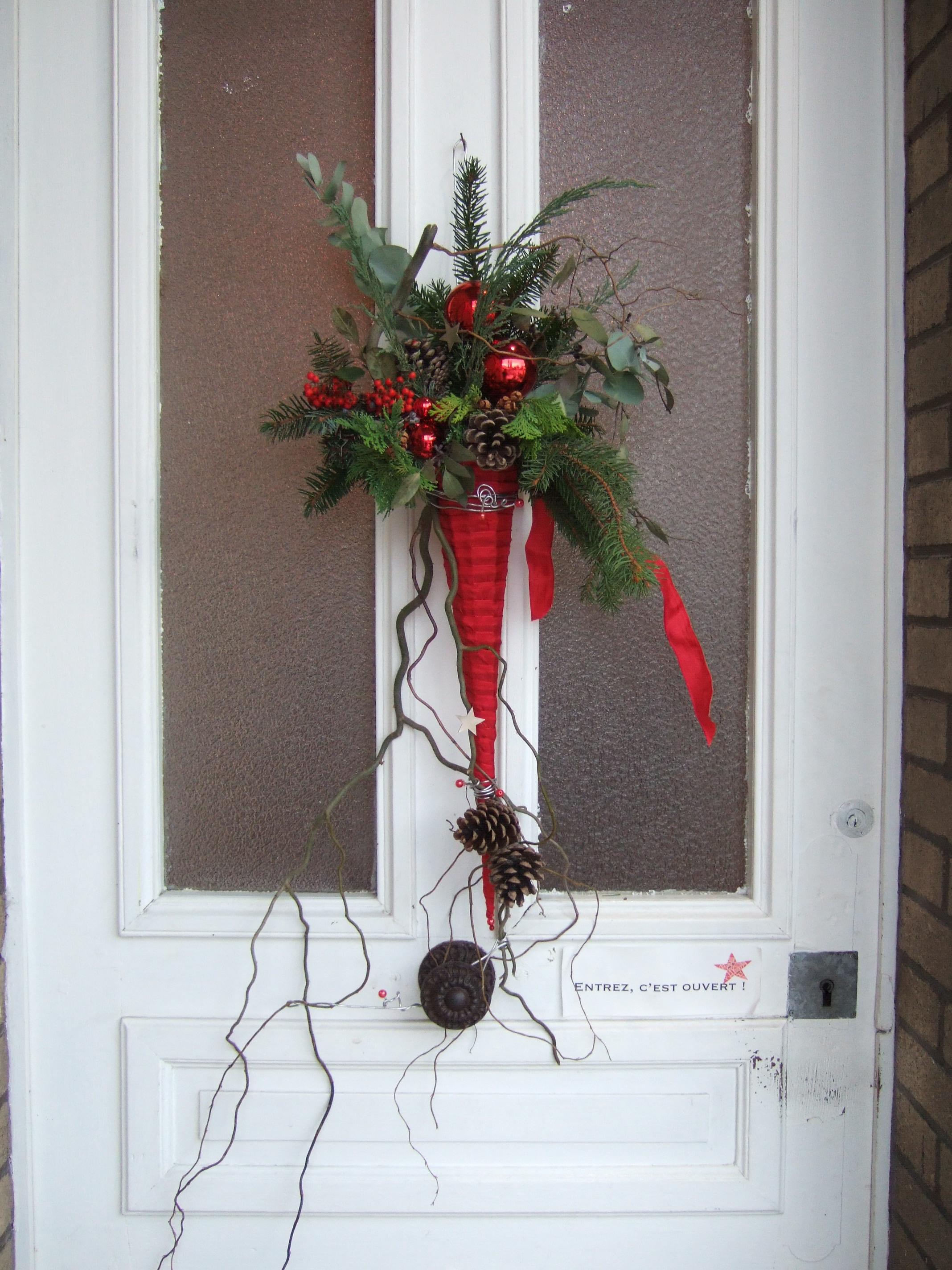 Новогоднее украшение двери шишками