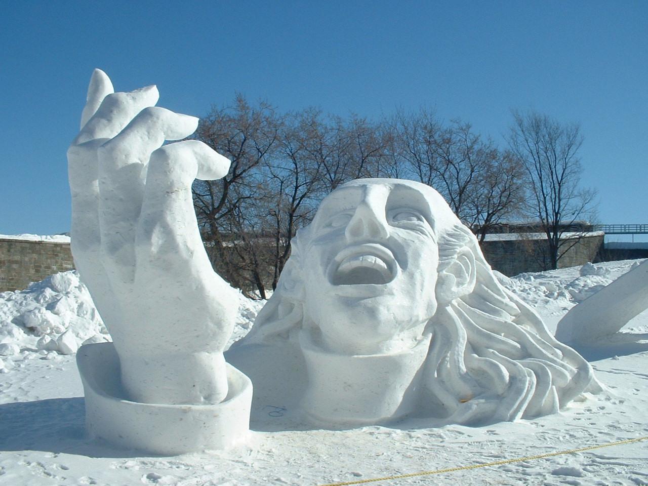 Снежная горка со скульптурой