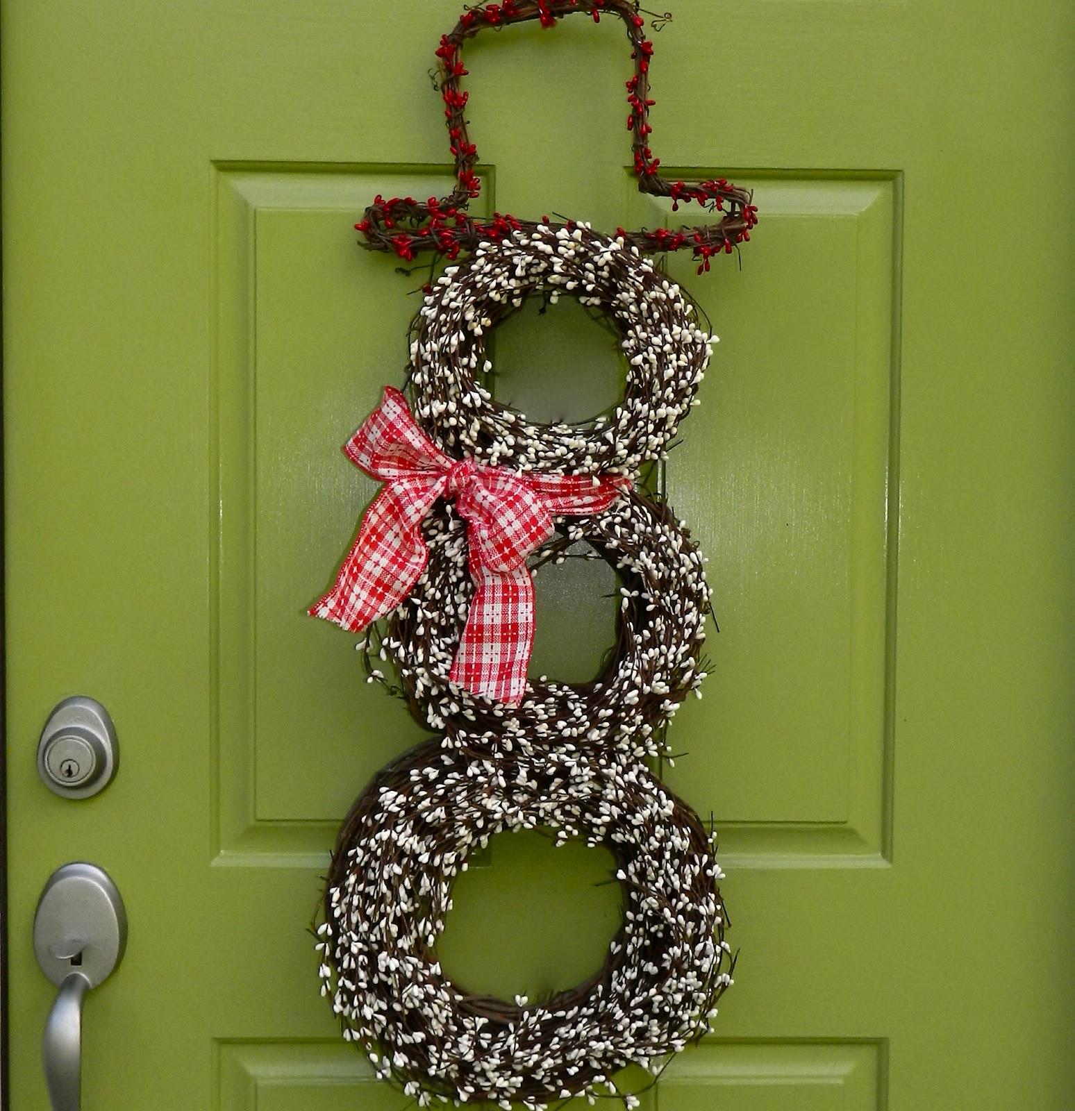 Снеговик из венков на двери