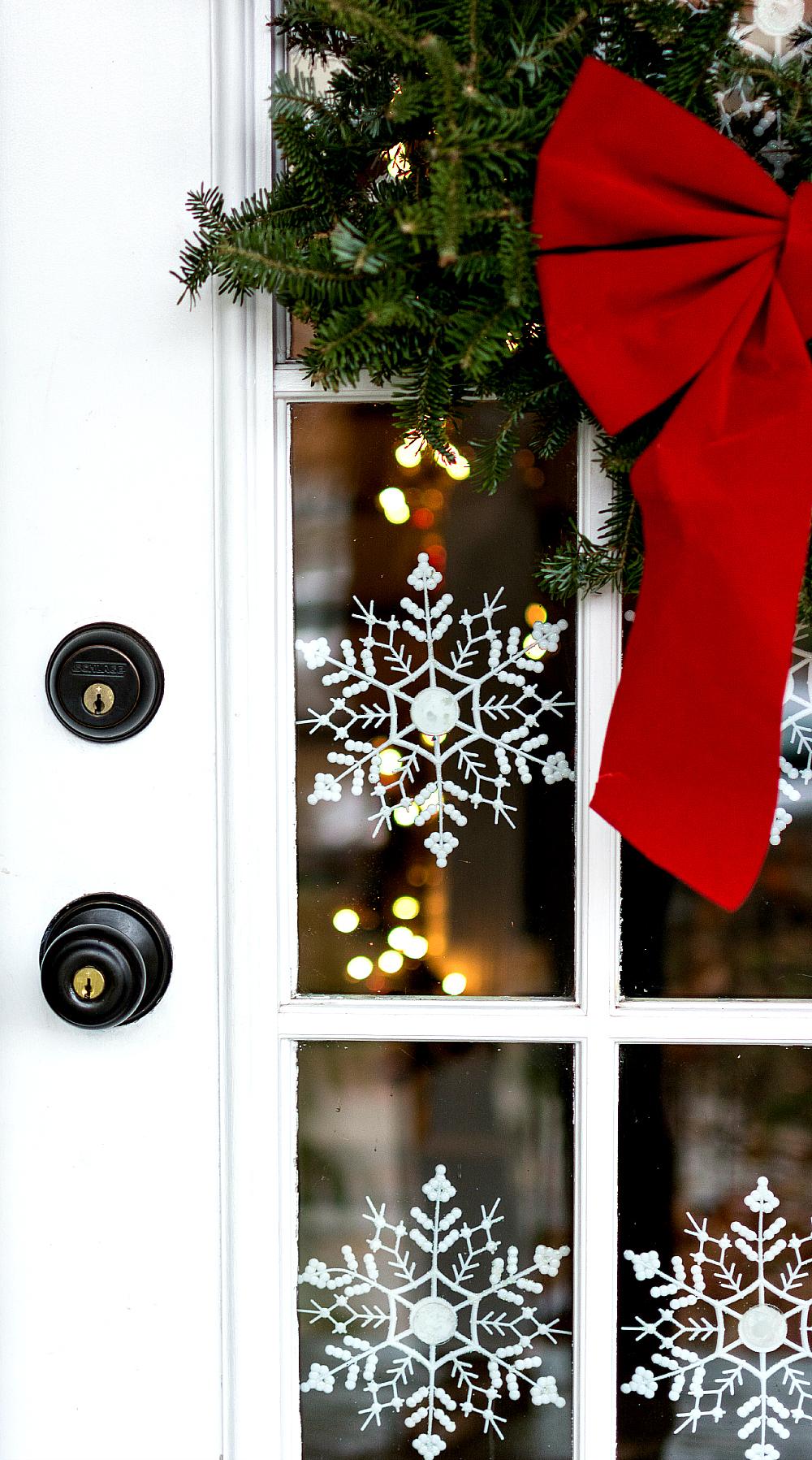 Украшение двери снежинками