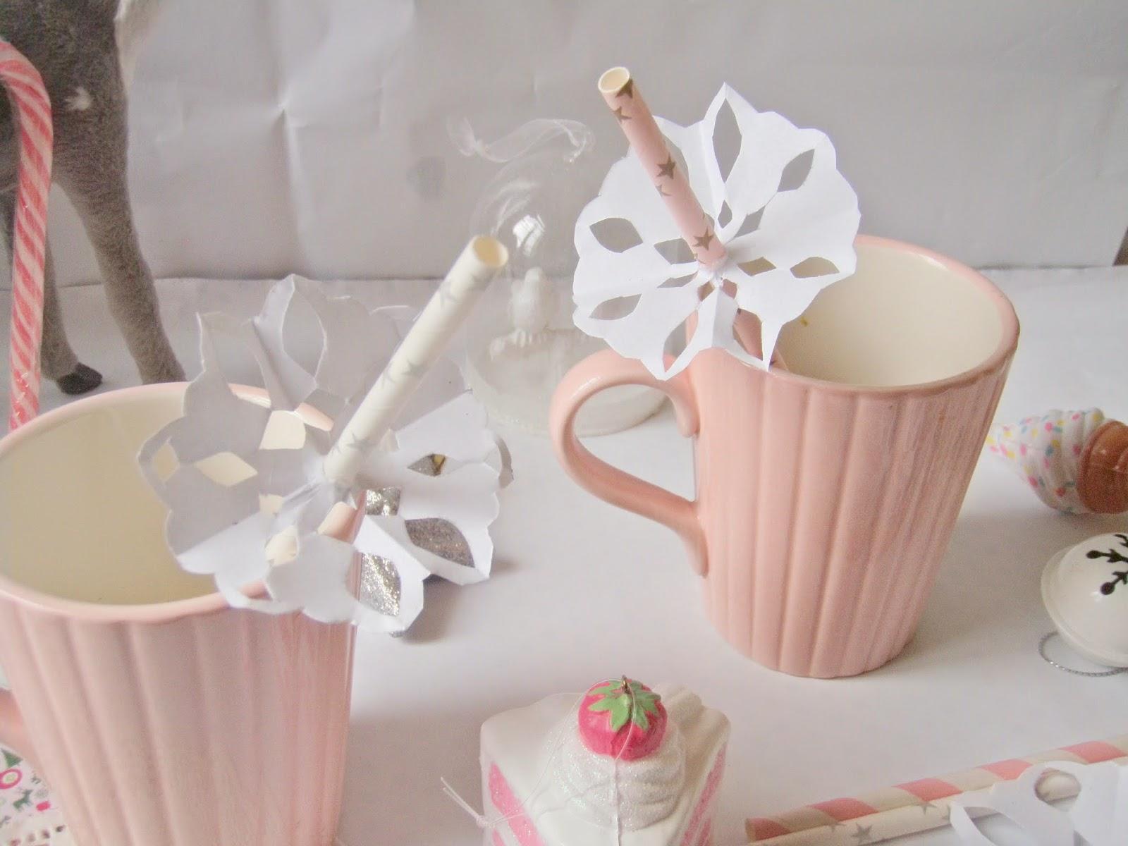Бумажные снежинки в декоре стола
