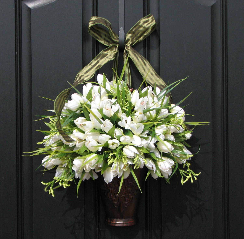 Украшение двери тюльпанами