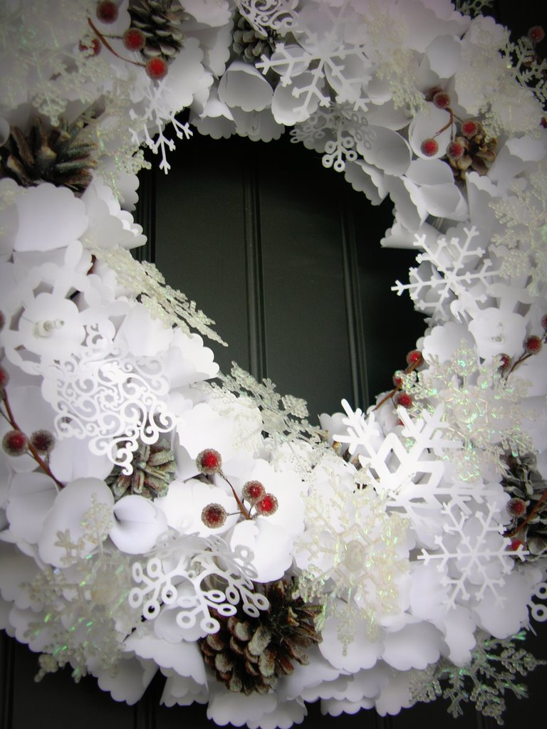 Новогодний венок с бумажными снежинками