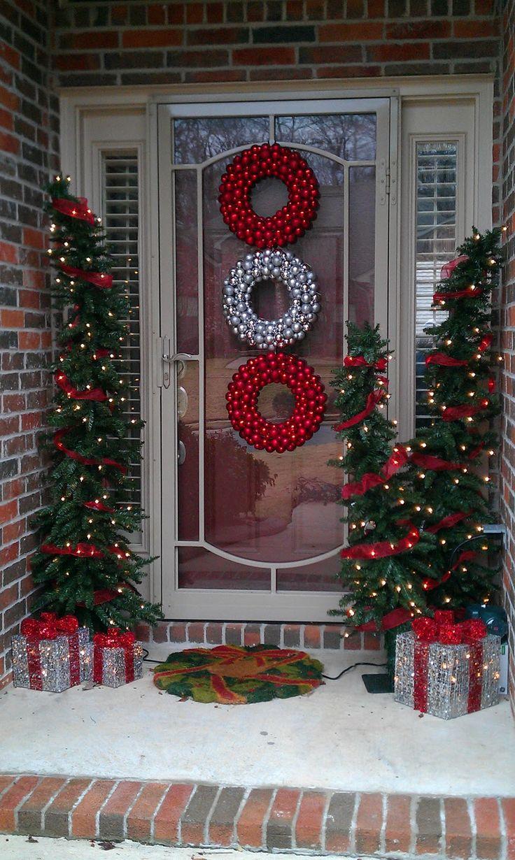 Украшение двери венками из шариков