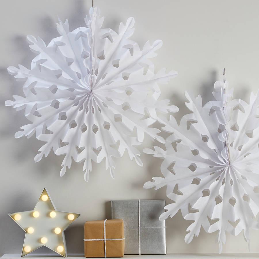 Вырезание снежинки из бумаги