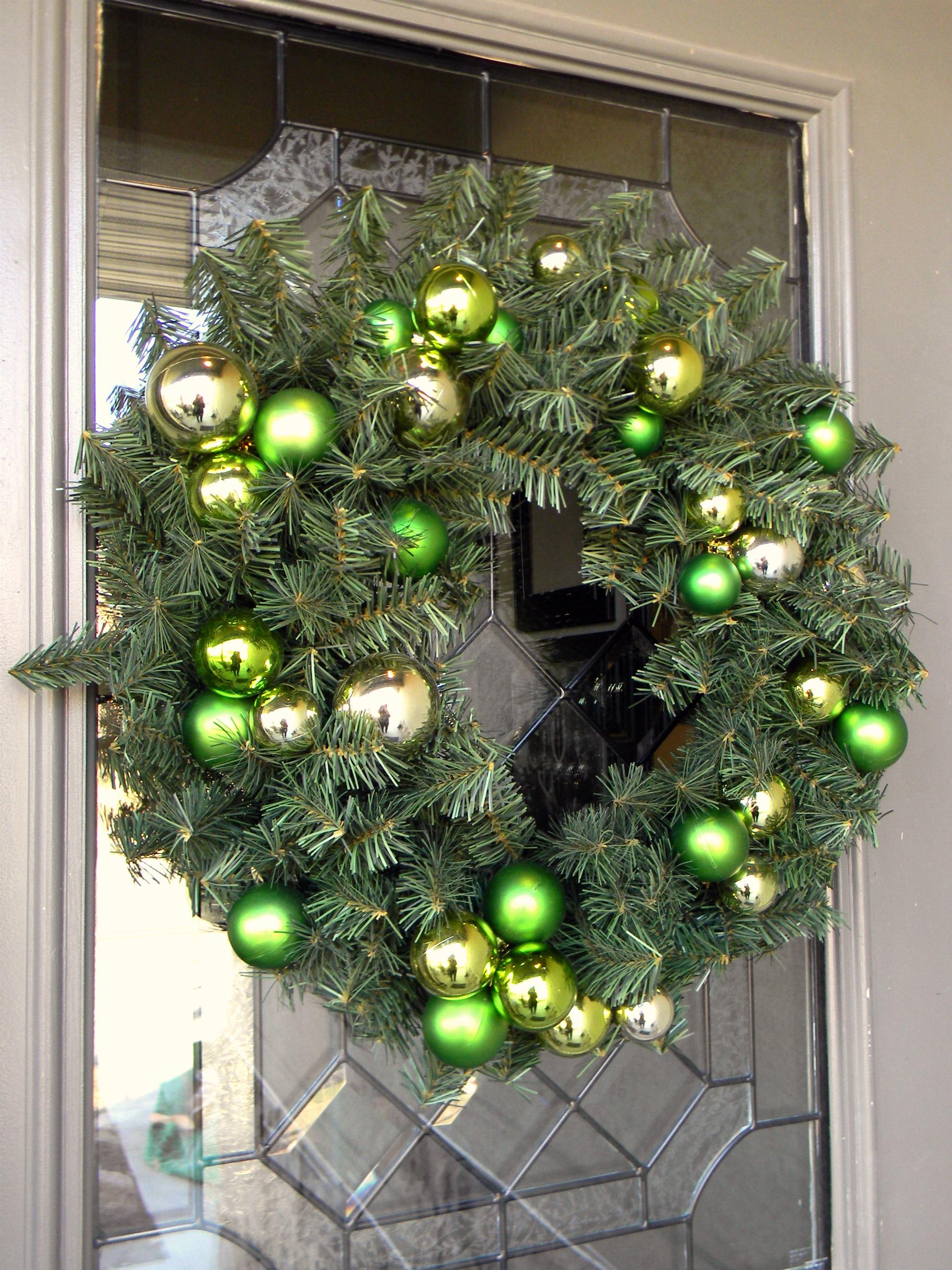 Украшение двери зеленым венком