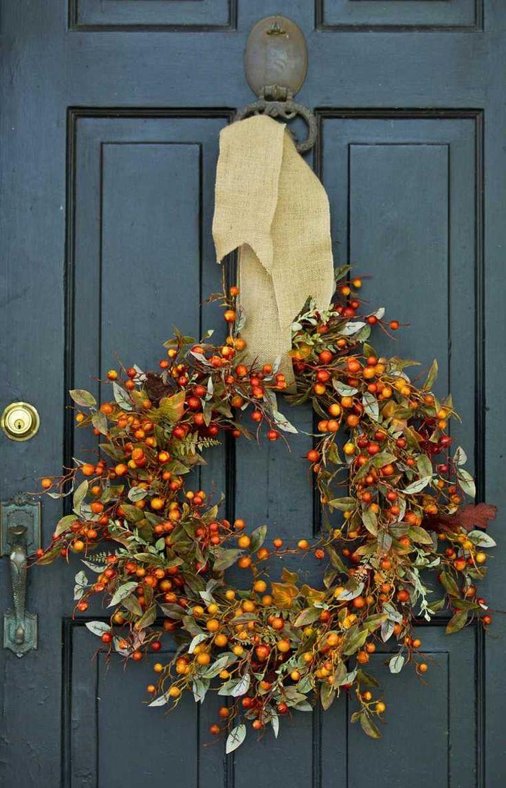 Желтый венок на новогодней двери