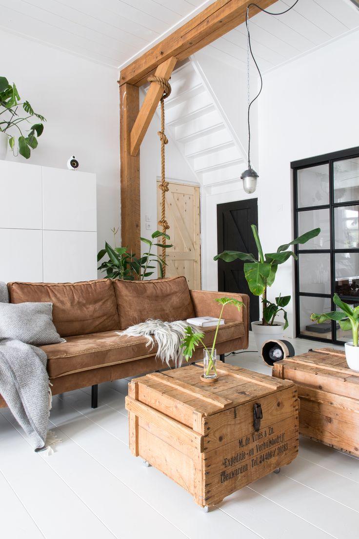 Интерьер квартиры студии с деревянными опорами