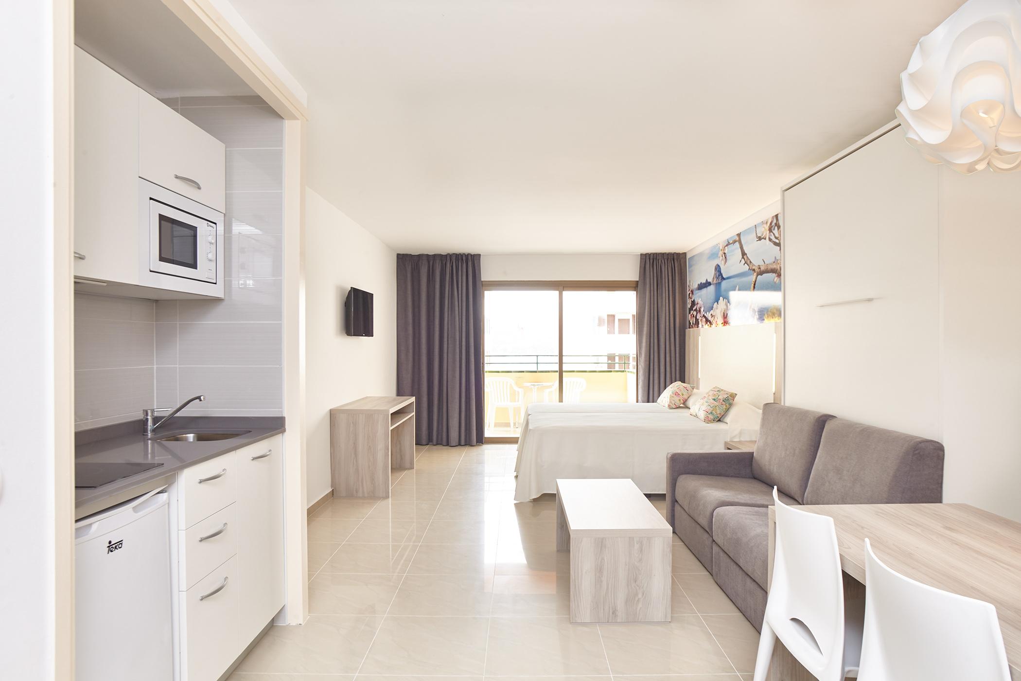 Интерьер квартиры студии с балконом