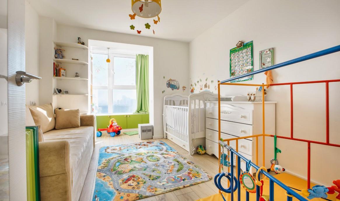 Детская в однокомнатной квартире с балконом