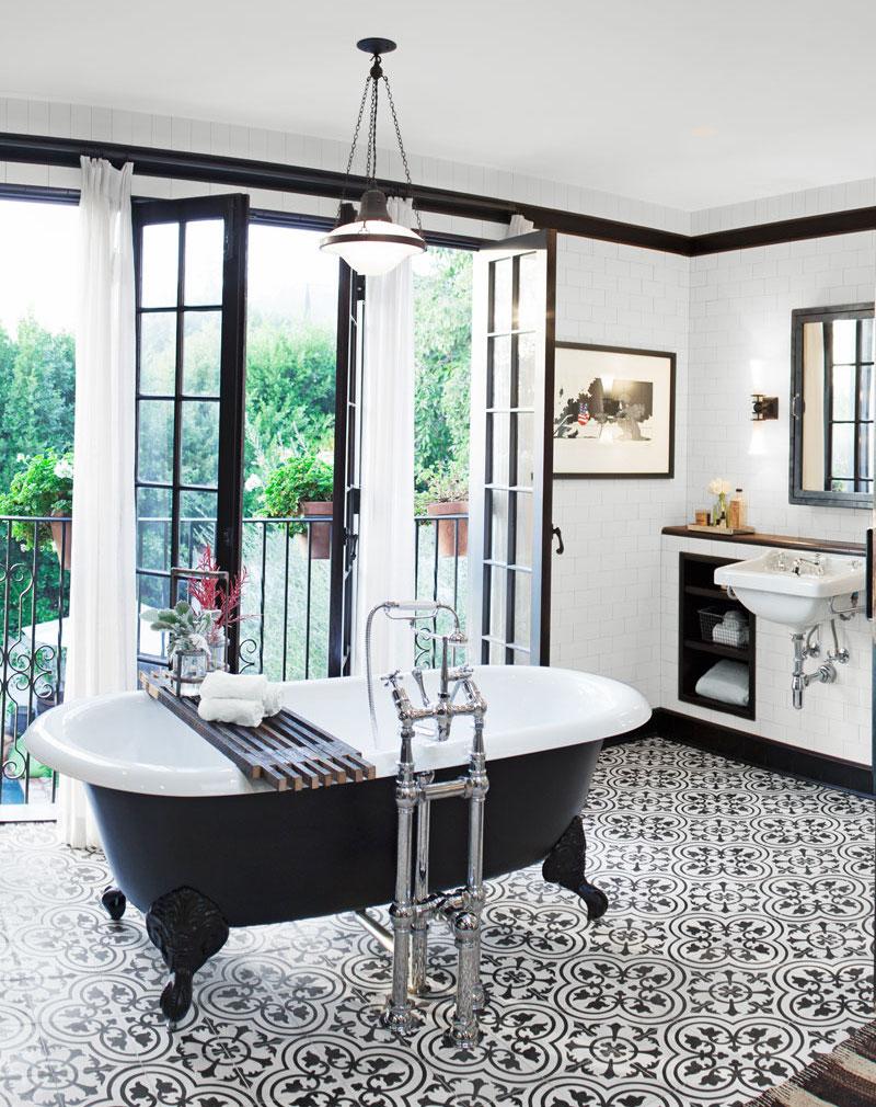Черно-белая ванная с балконом