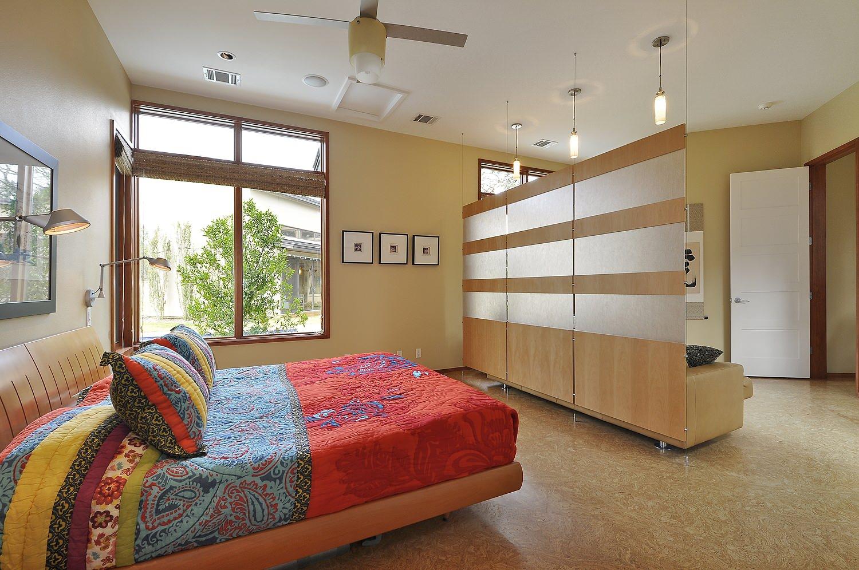 Спальня в однокомнатной квартире бежевая