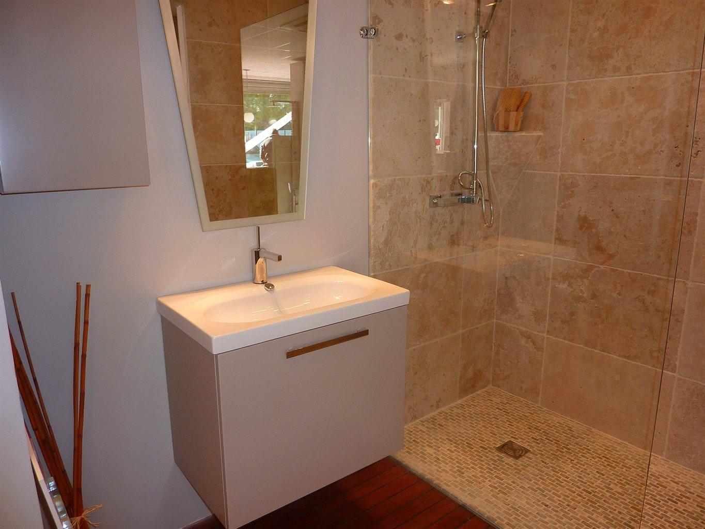 Ванная комната с душевой бежевой
