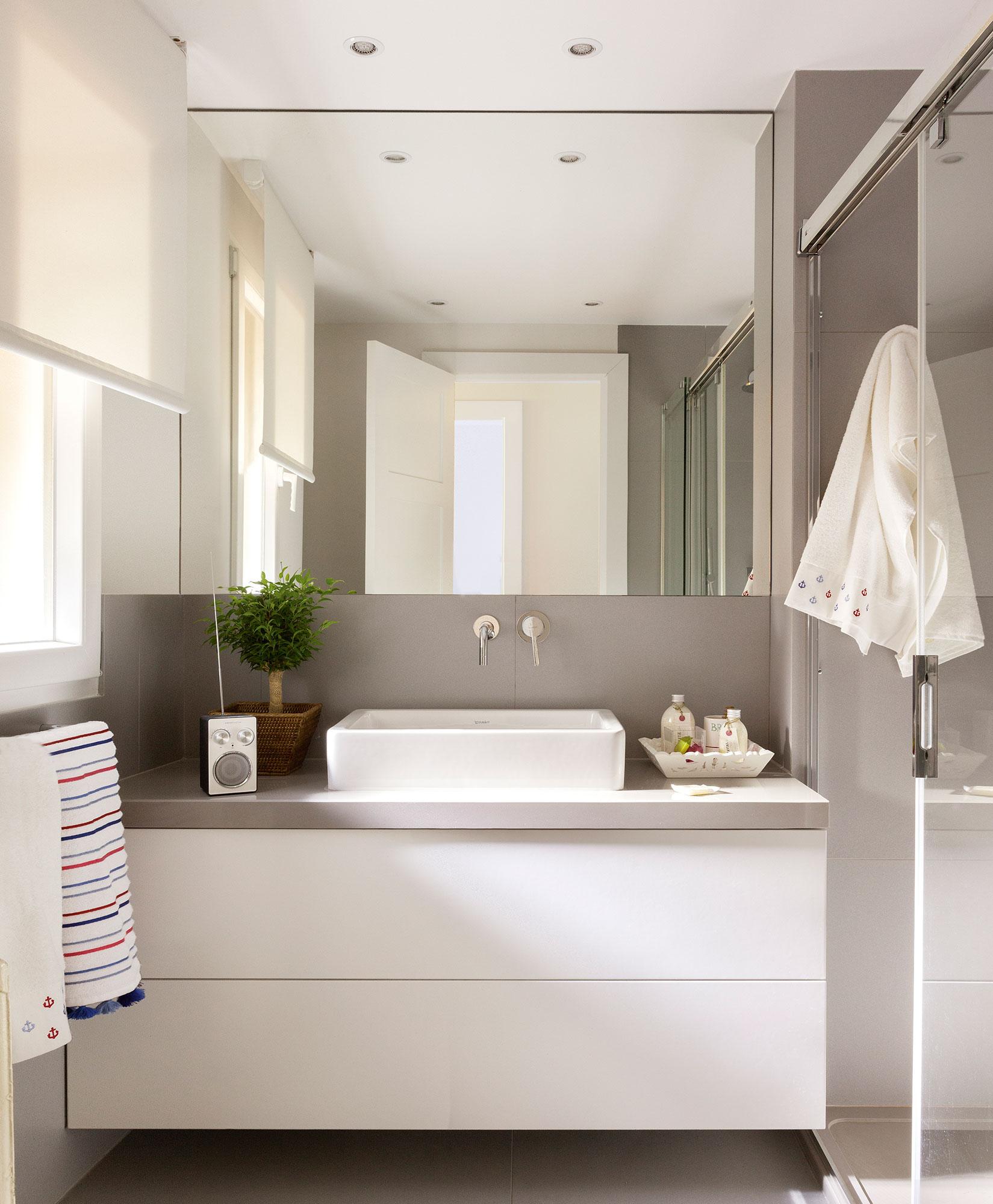 Маленькая ванная комната бежевая