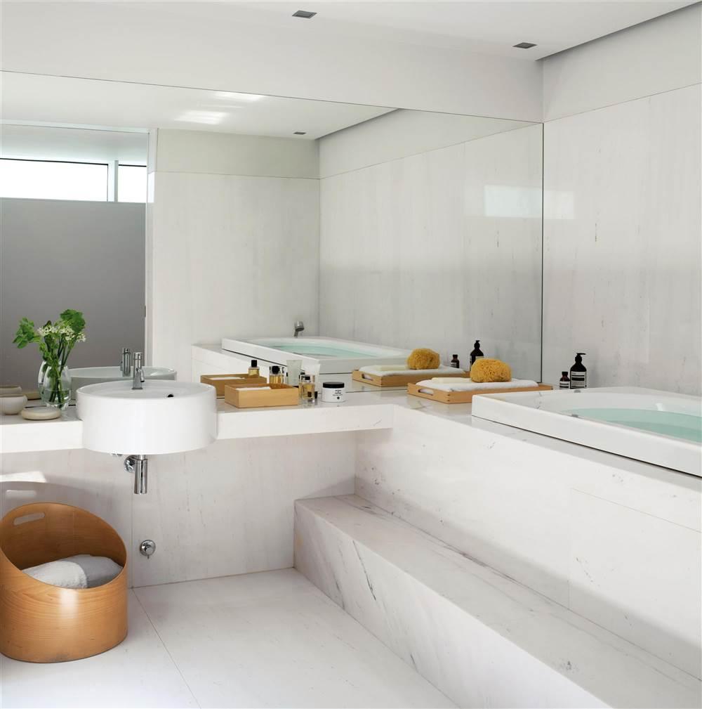 Интерьер ванной белый