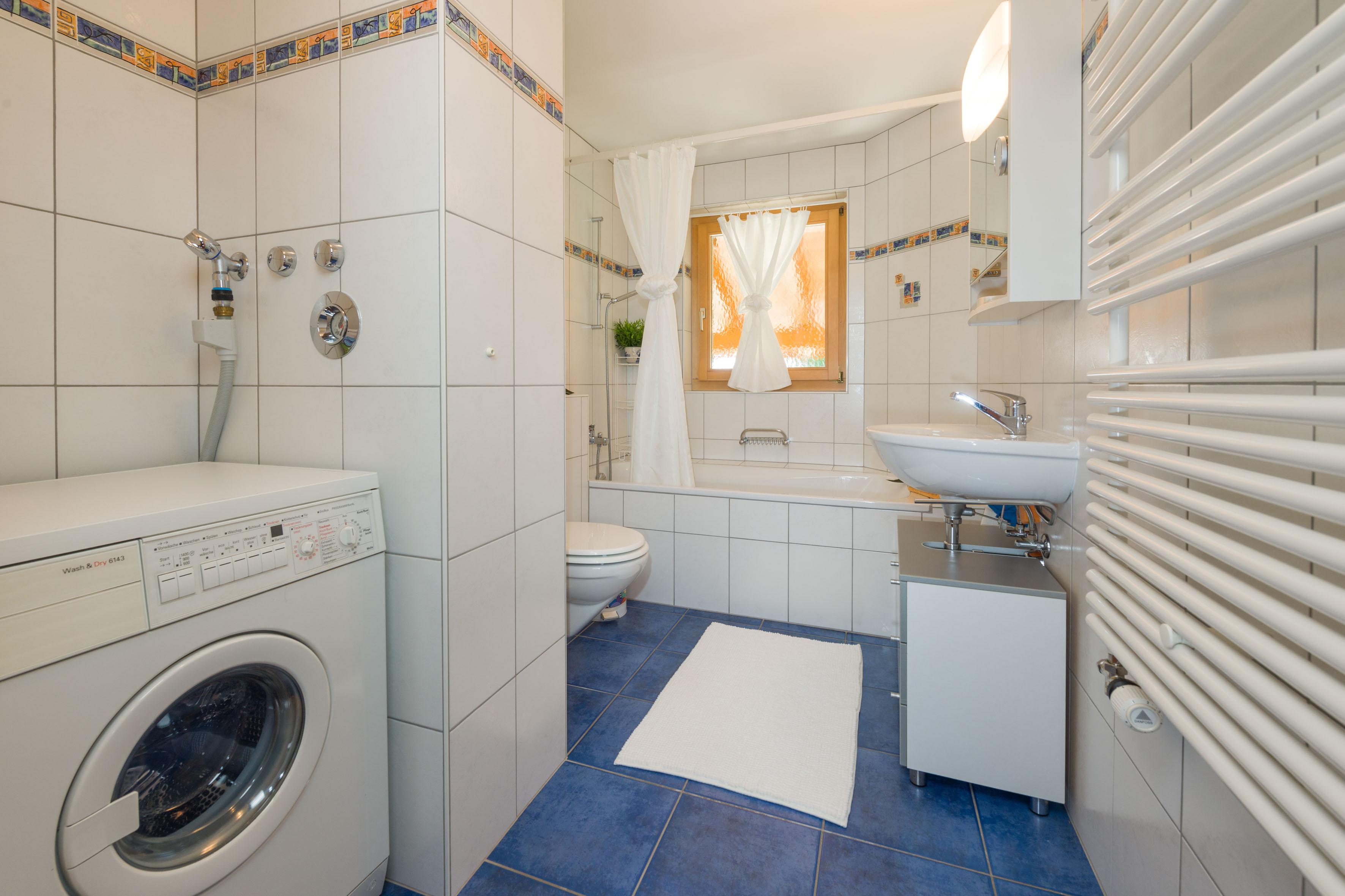 Совмещенная ванная комната белаяСовмещенная ванная комната белая