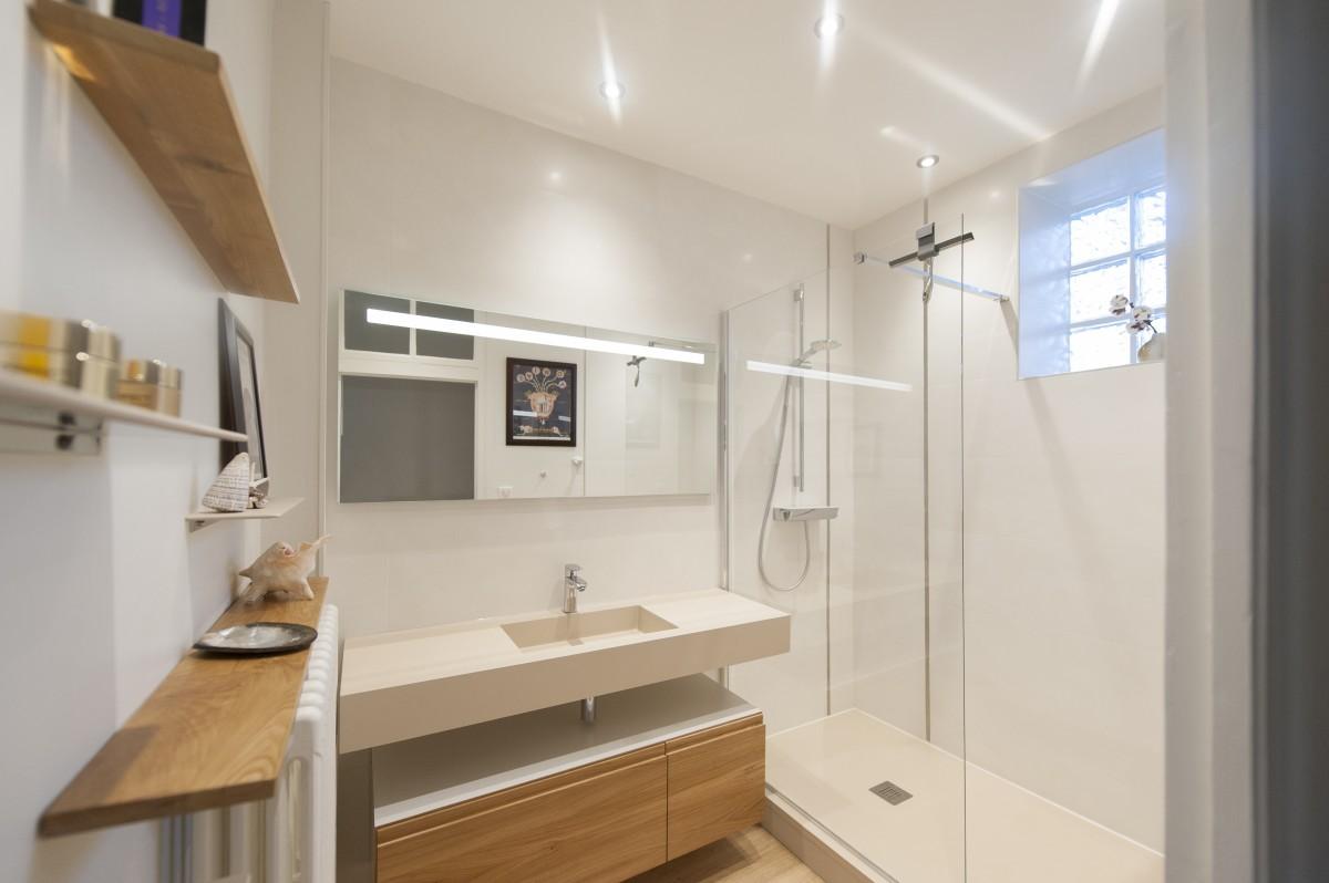 Ванная комната с душевой белой