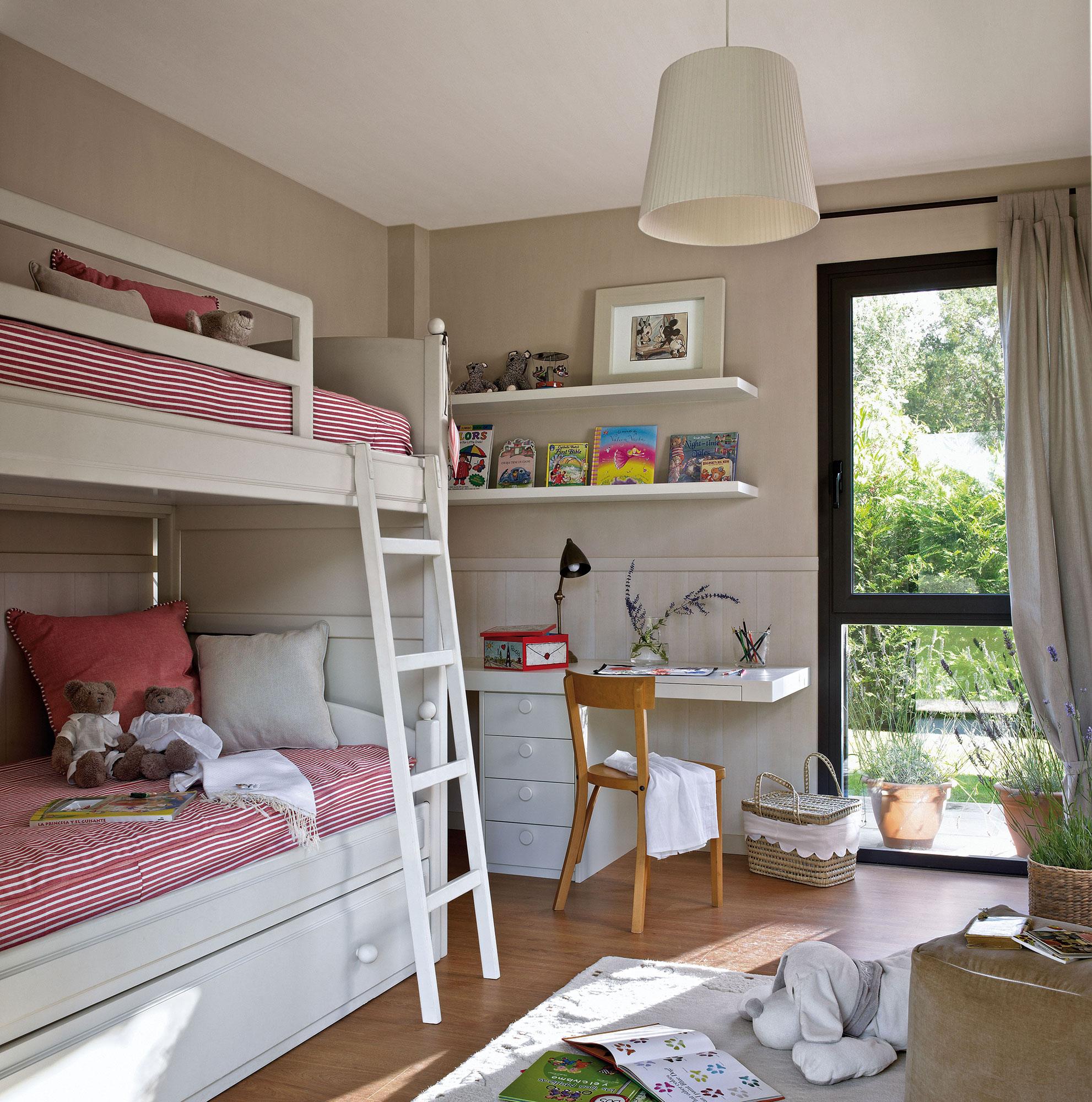 Детская комната для девочки белая