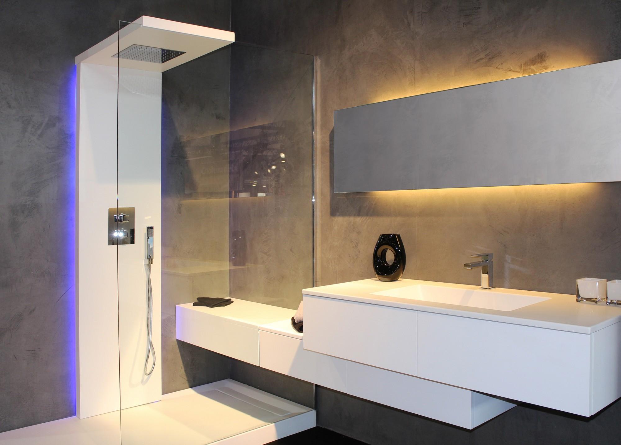 Ванная комната с душевой кабиной под бетон