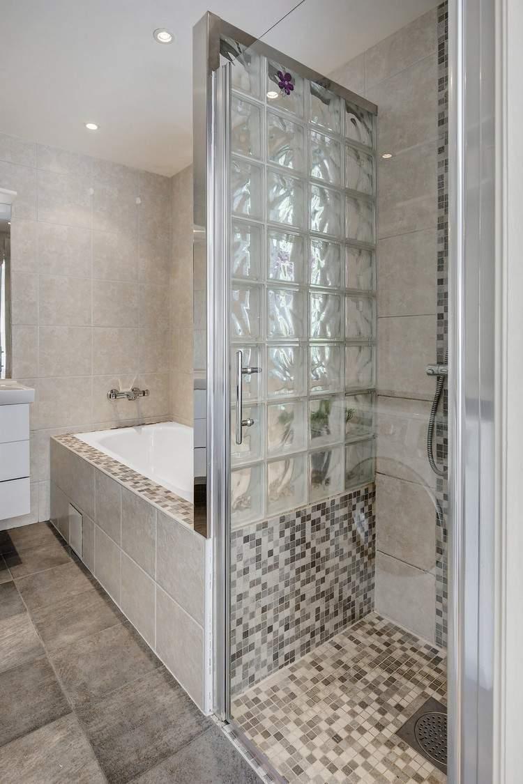 Ванная комната с душевой кабиной из стеклоблоков