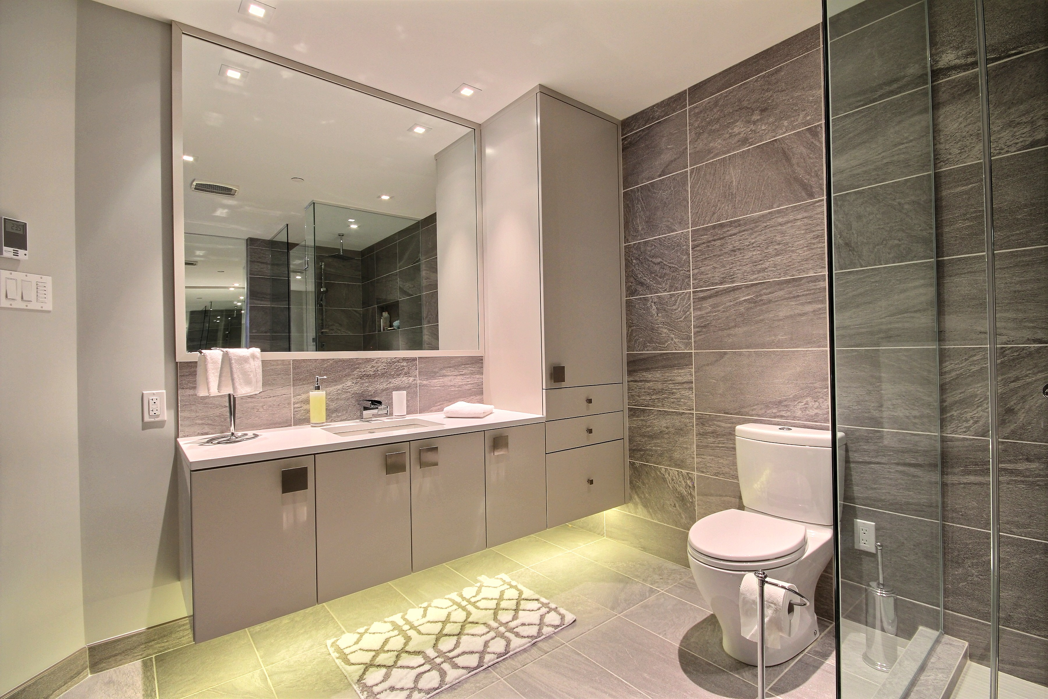 Ванная комната с душевой кабиной большой
