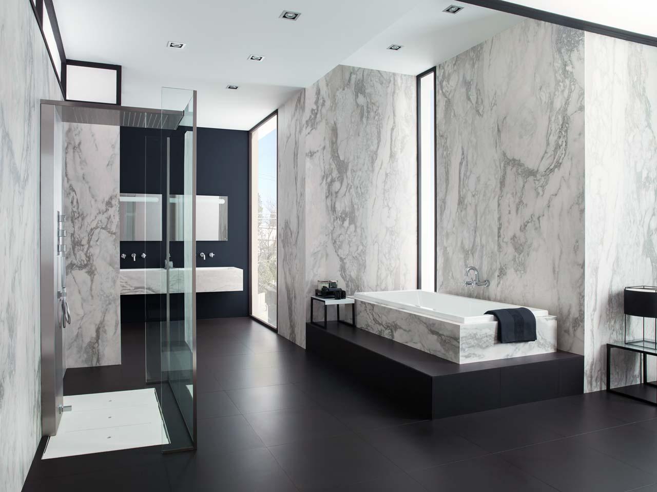 Черно-белая ванная большая