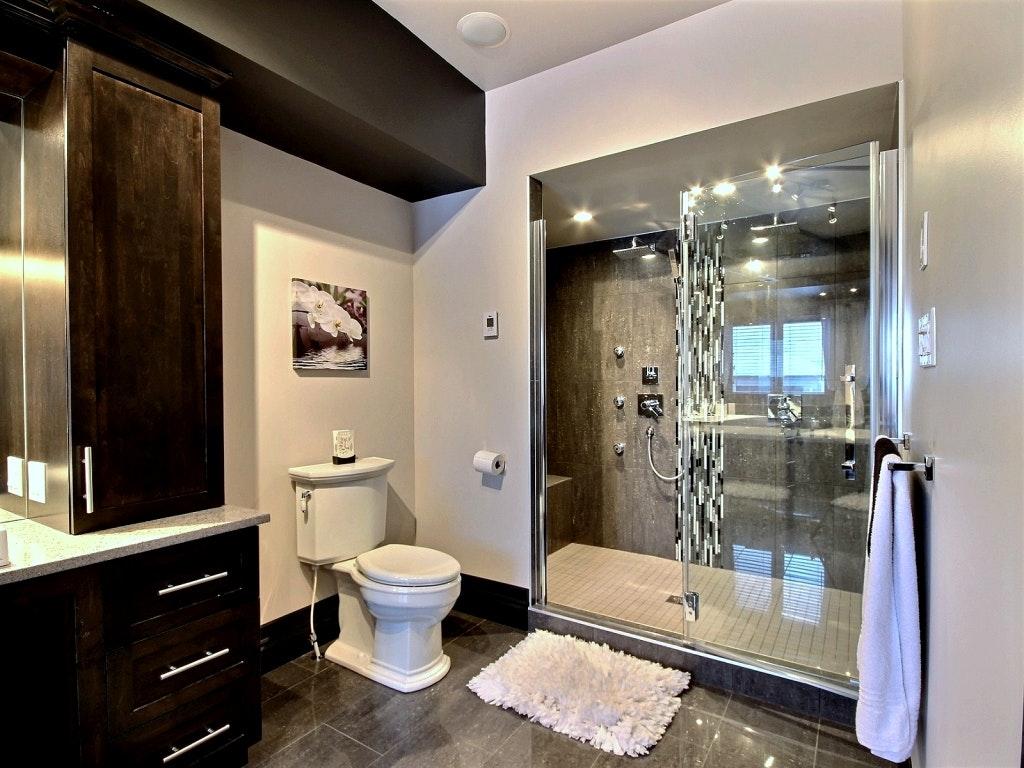 Интерьер ванной с черной мебелью
