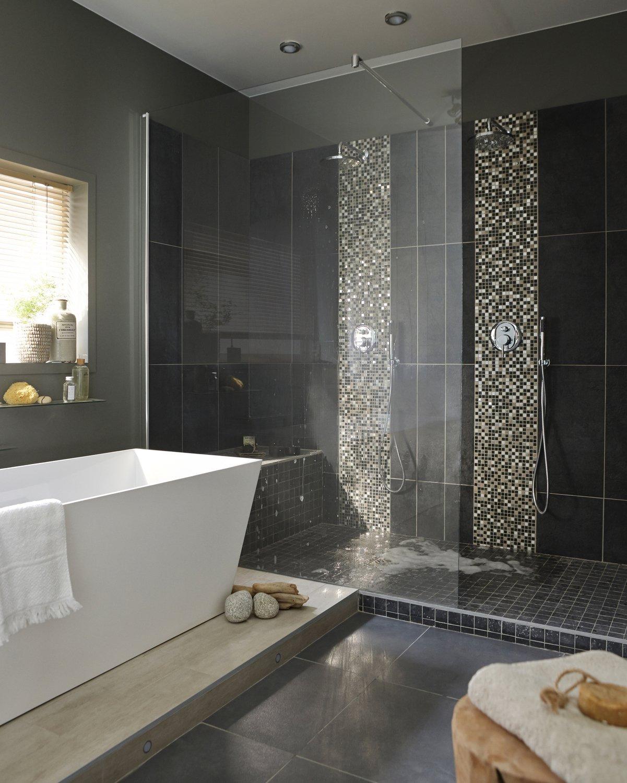 Ванная комната с душевой кабиной черной