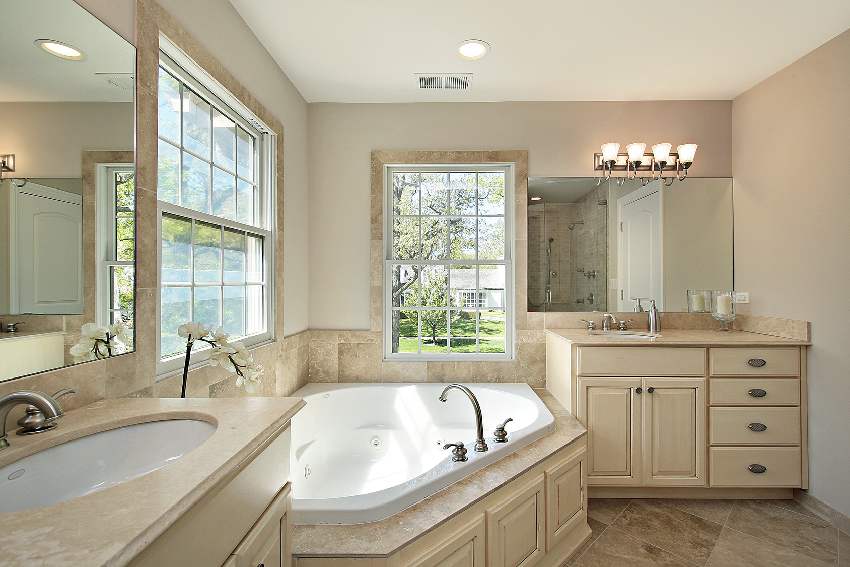 Угловая ванна в интерьере: как правильно выбрать и установить (53 фото)