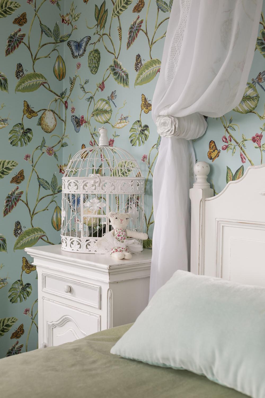 Детская комната с цветочными обоями в стиле прованс