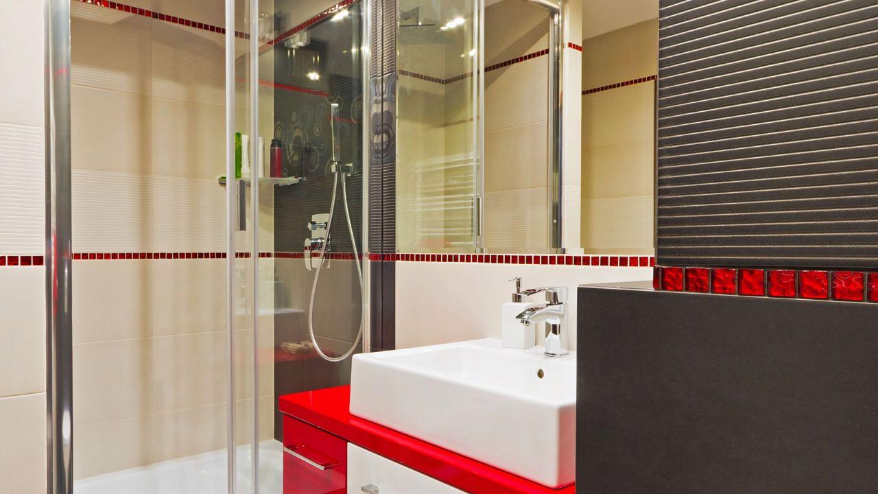 Красный декор в ванной