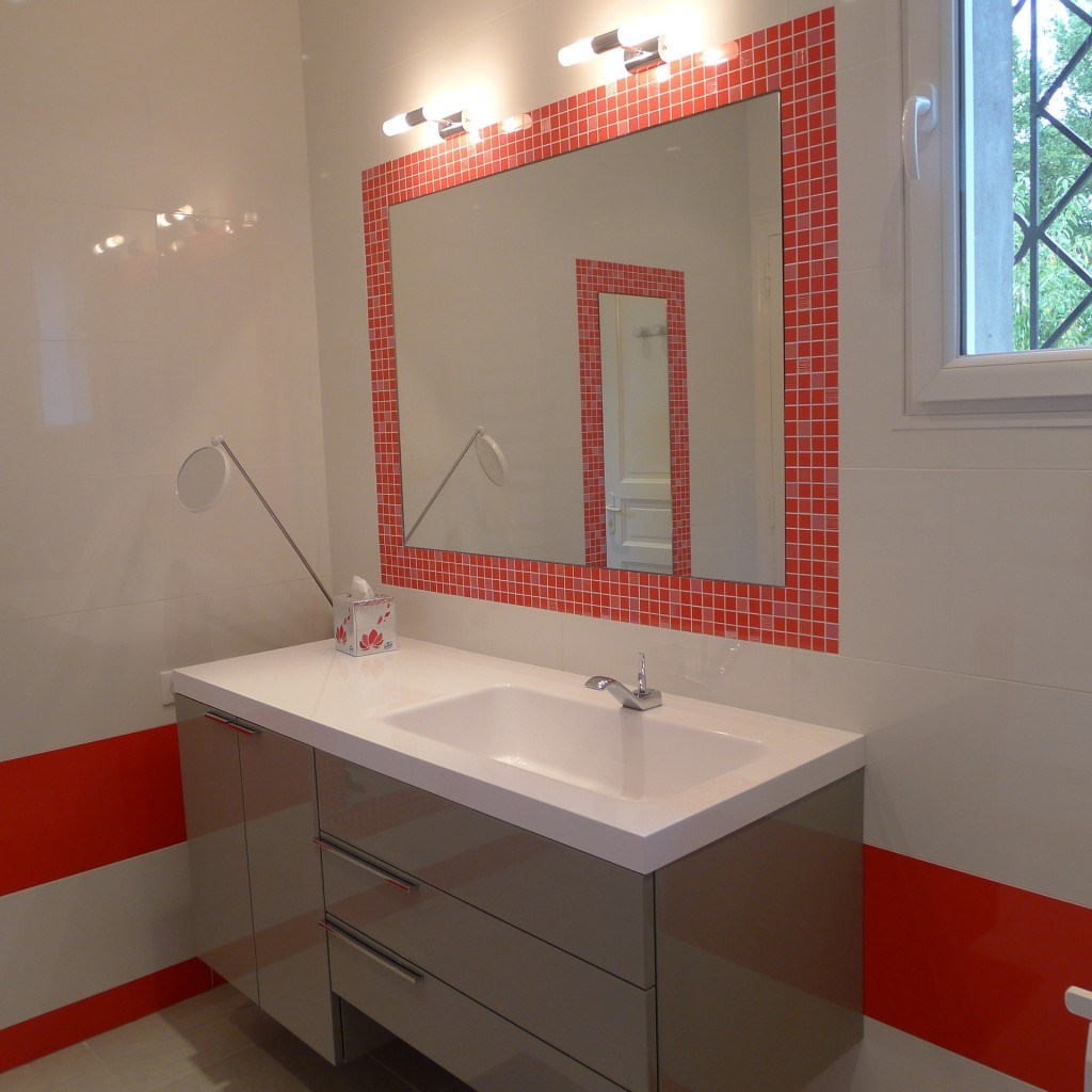 Зеркало в ванную с декором из мозаики