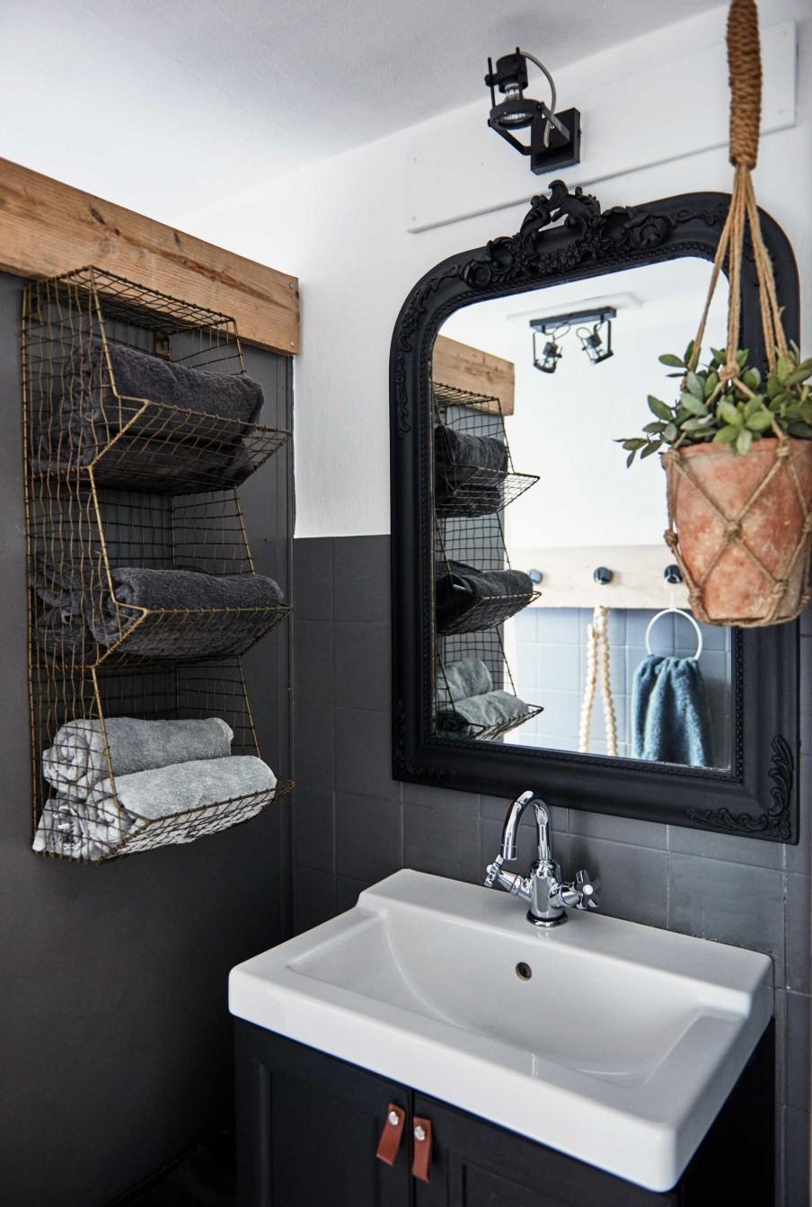 Черная ванная с декором вокруг зеркала