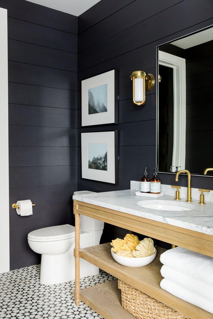 Черное дерево в отделке ванной