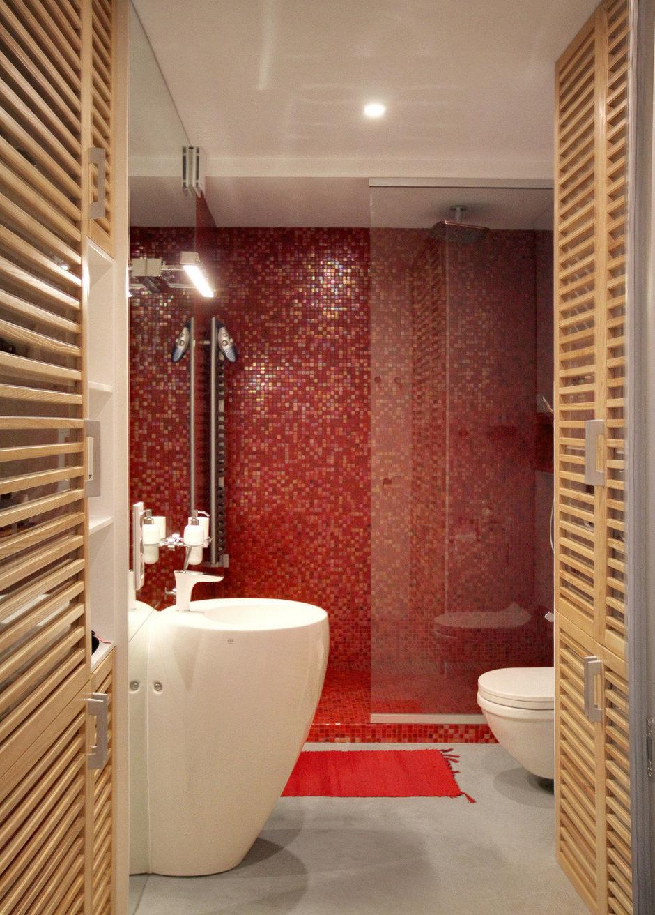 Деревянная мебель в красной ванной