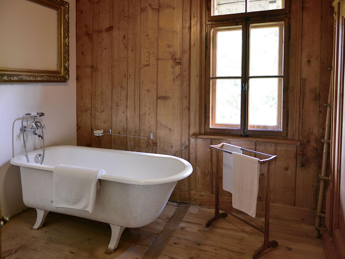 Совмещенная ванная комната с деревянной отделкой
