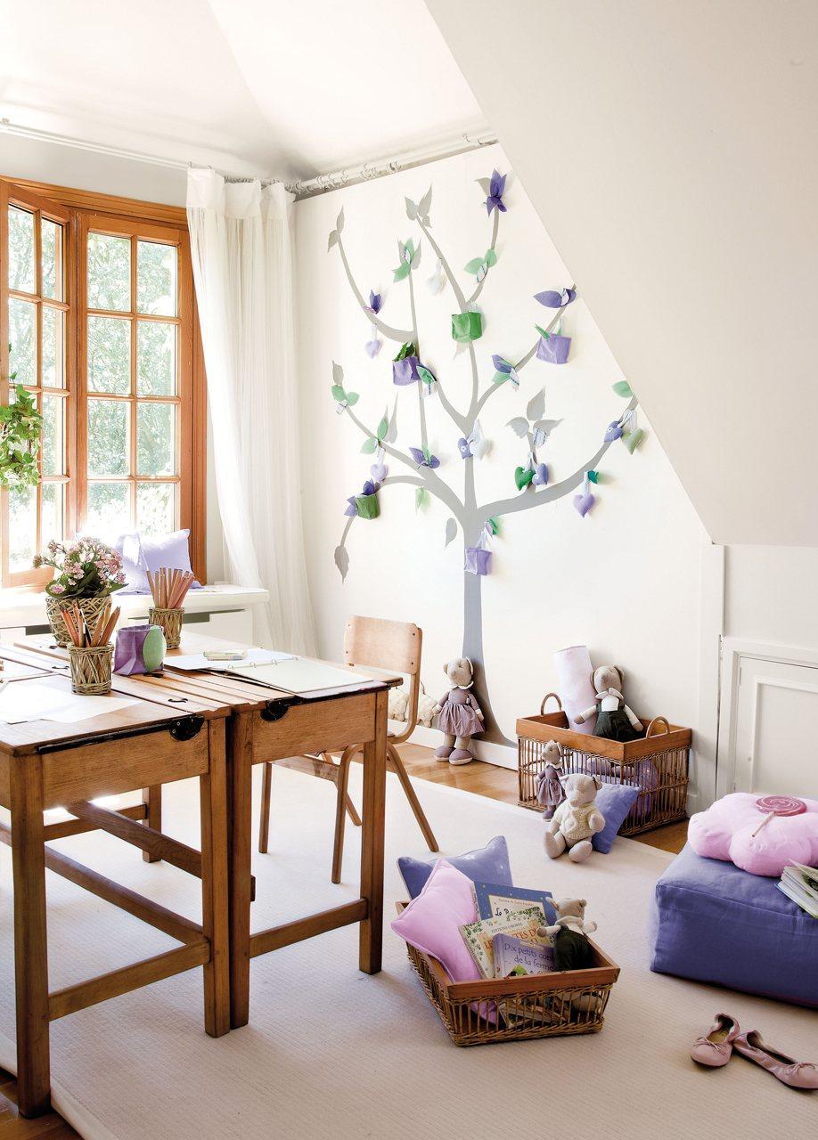 Детская комната для девочки с деревом на стене