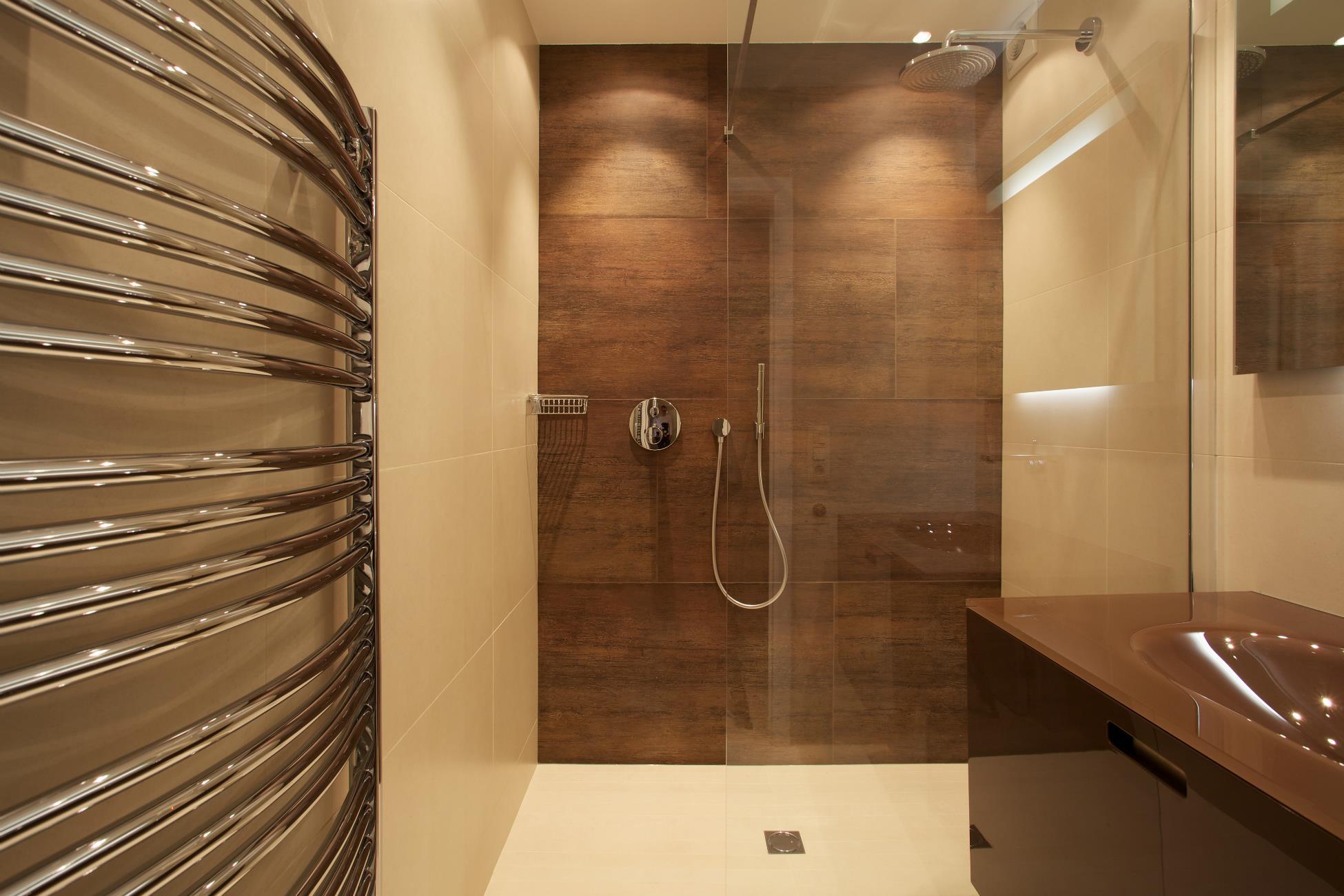 Ванная комната с душевой кабиной под дерево