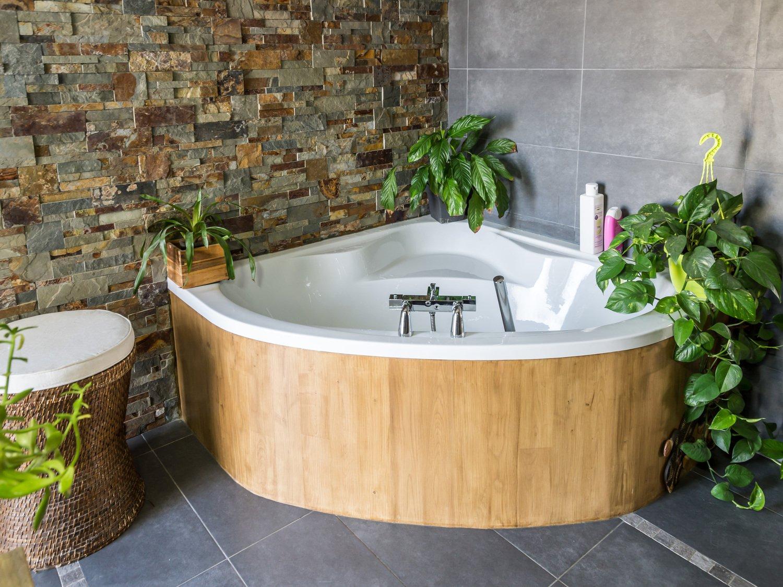 Угловая ванна с деревянной обивкой